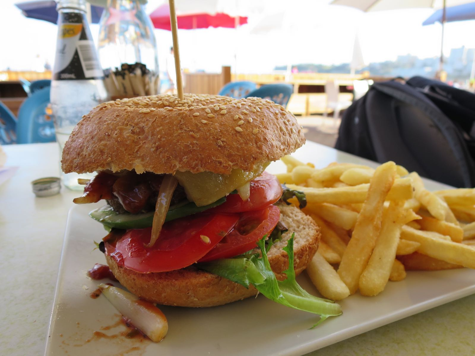Burgereita on joka paikassa ja ne ovat pääsääntöisesti tosi herkullisia. Liiallisen roskaruoan jälkeen allekirjoittanut on syönyt kolme päivää lähinnä kanasalaattia..