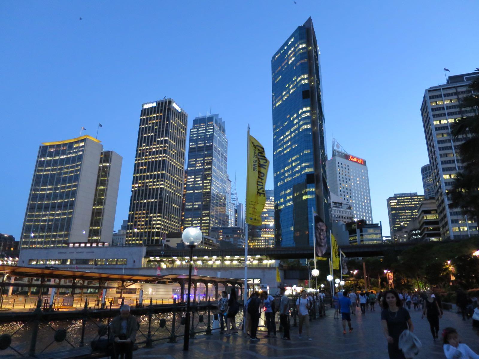 Sydneyn downtown iltahämärässä