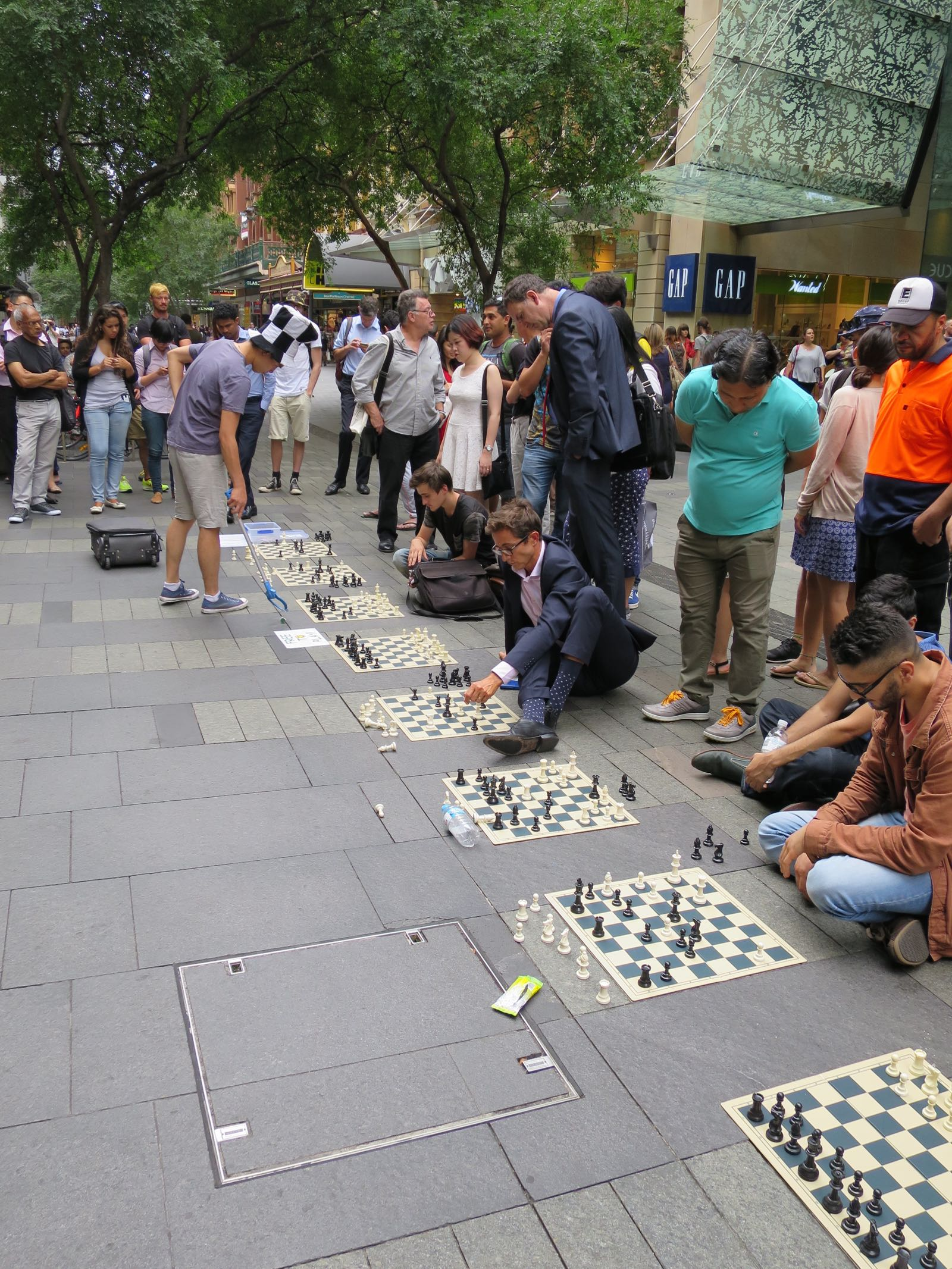 Yksi ihminen viittä vastaan shakissa kadulla