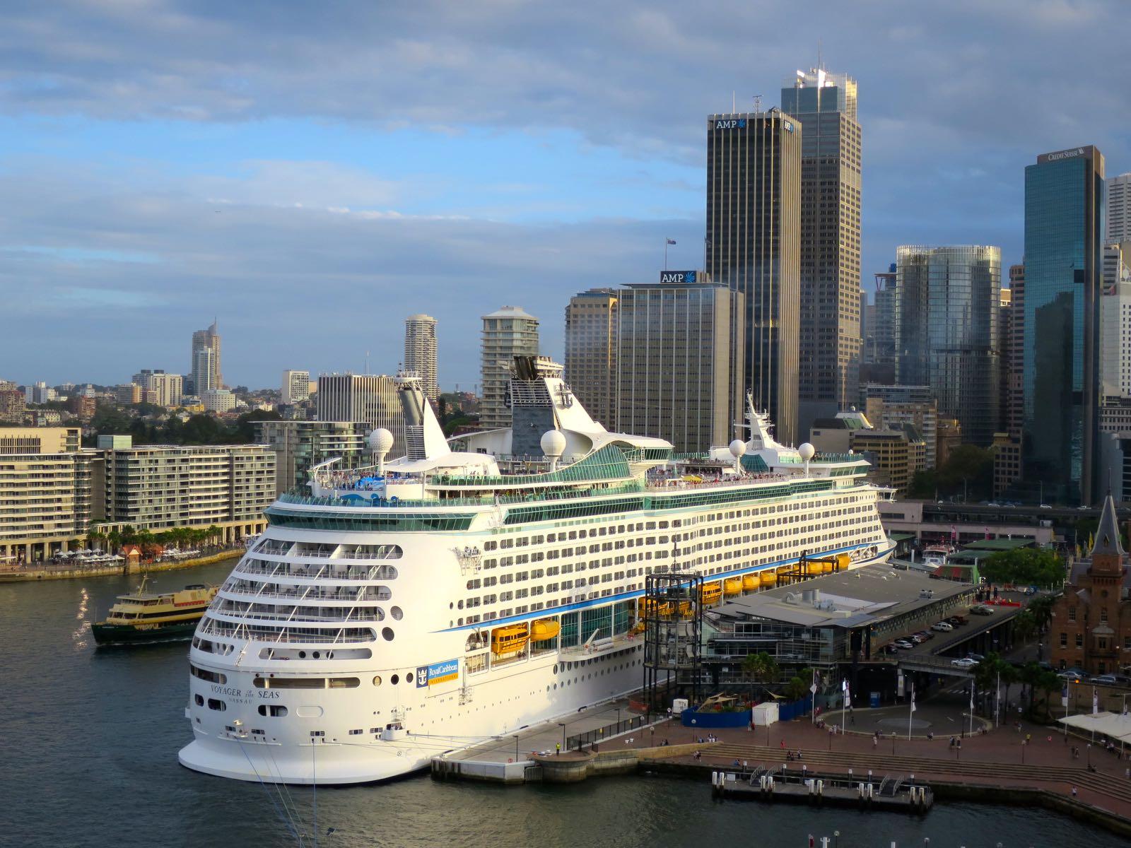 Turun telakalla valmistettu, aikanaan maailman suurin loistoristeilijä Sydneyn satamassa