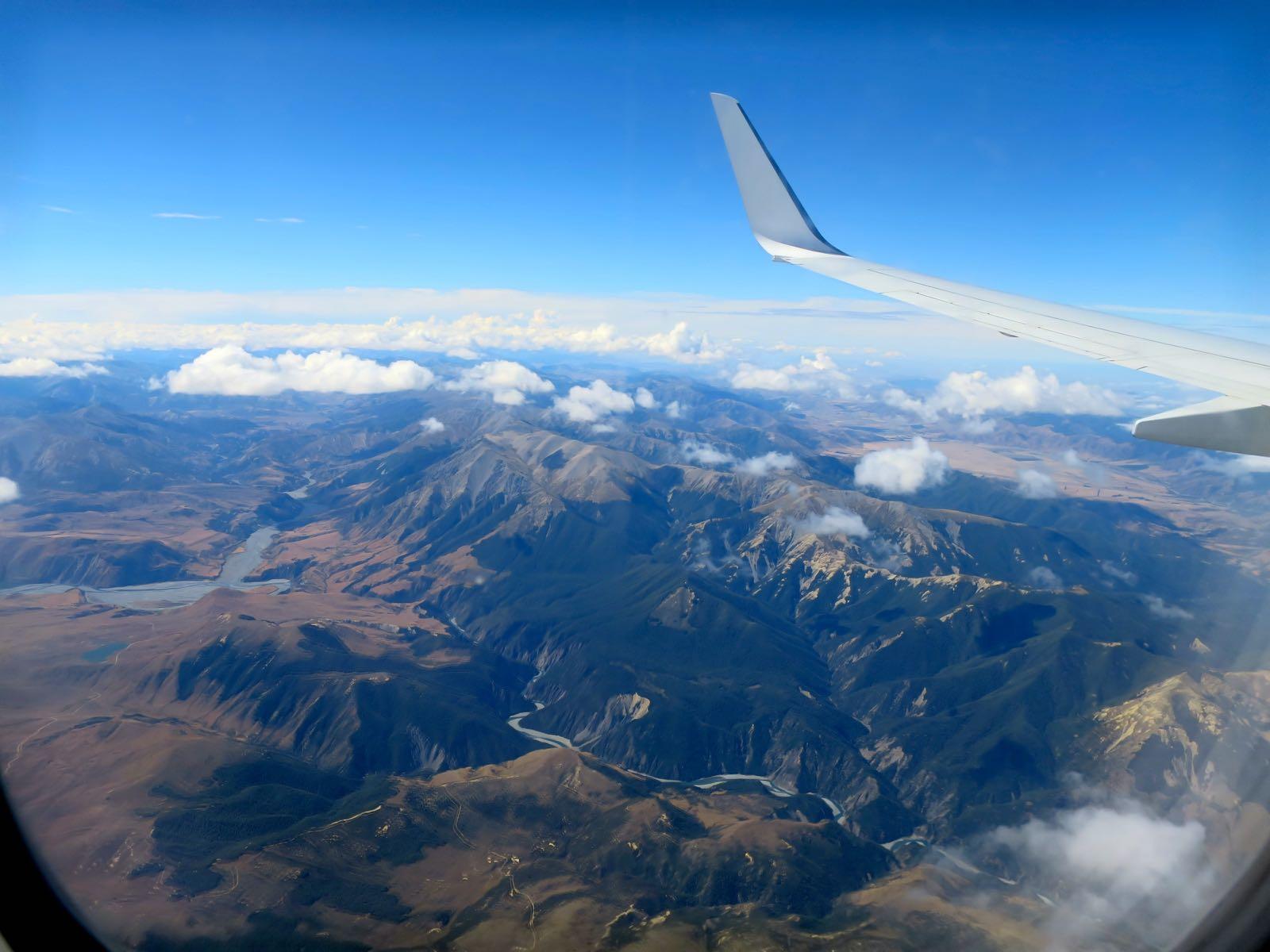 Laskeutuminen Christchurchiin eteläsaaren vuoristojen yli