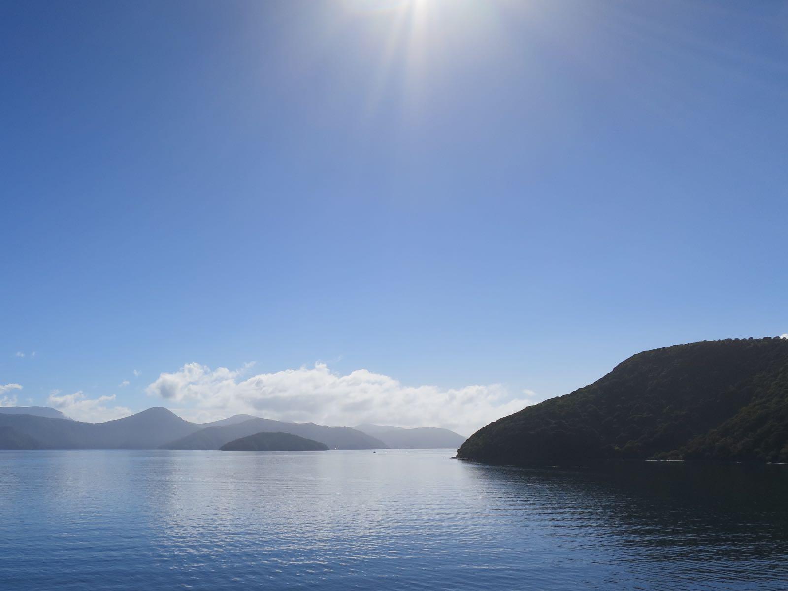 Laivalla Marlborough soundsin läpi kohti pohjoissaarta