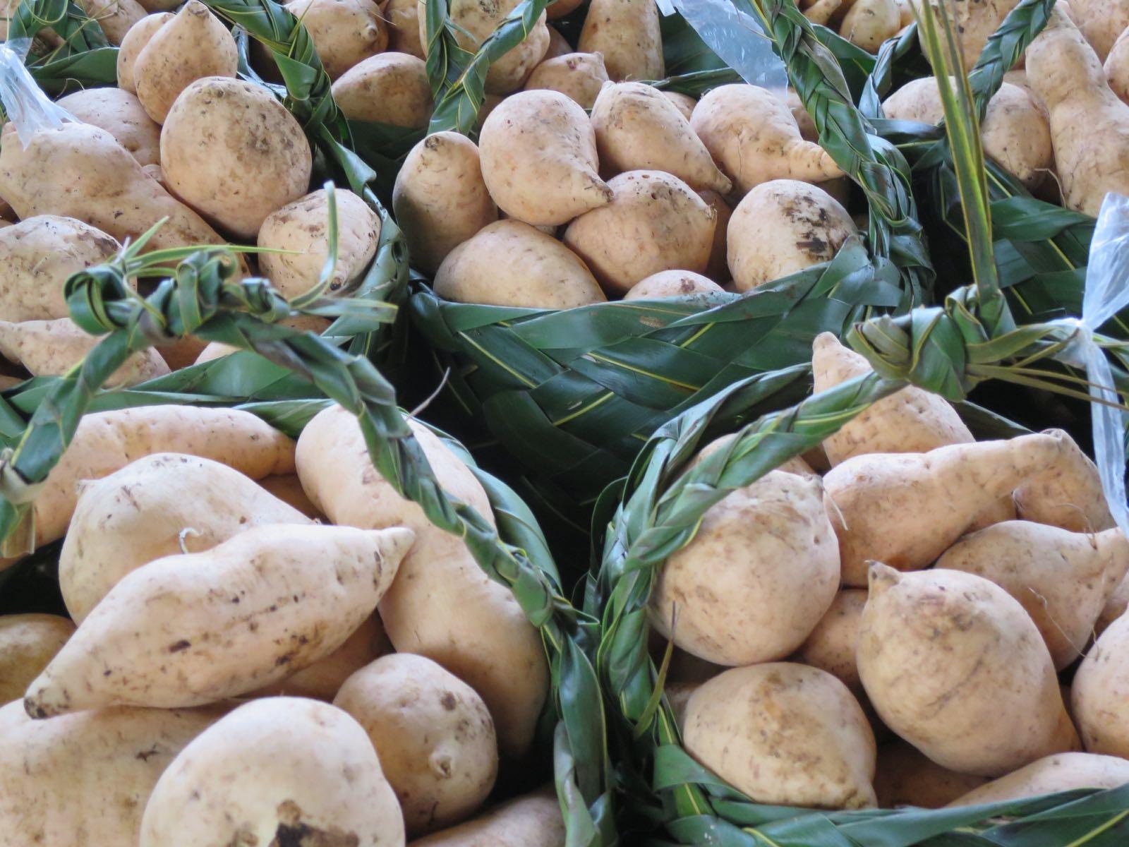 Mieltä lämmittää, kun markkinoiden hedelmät ja vihannekset ovat kaikki itse punotuissa koreissa! Muovipusseja ei käytetä.