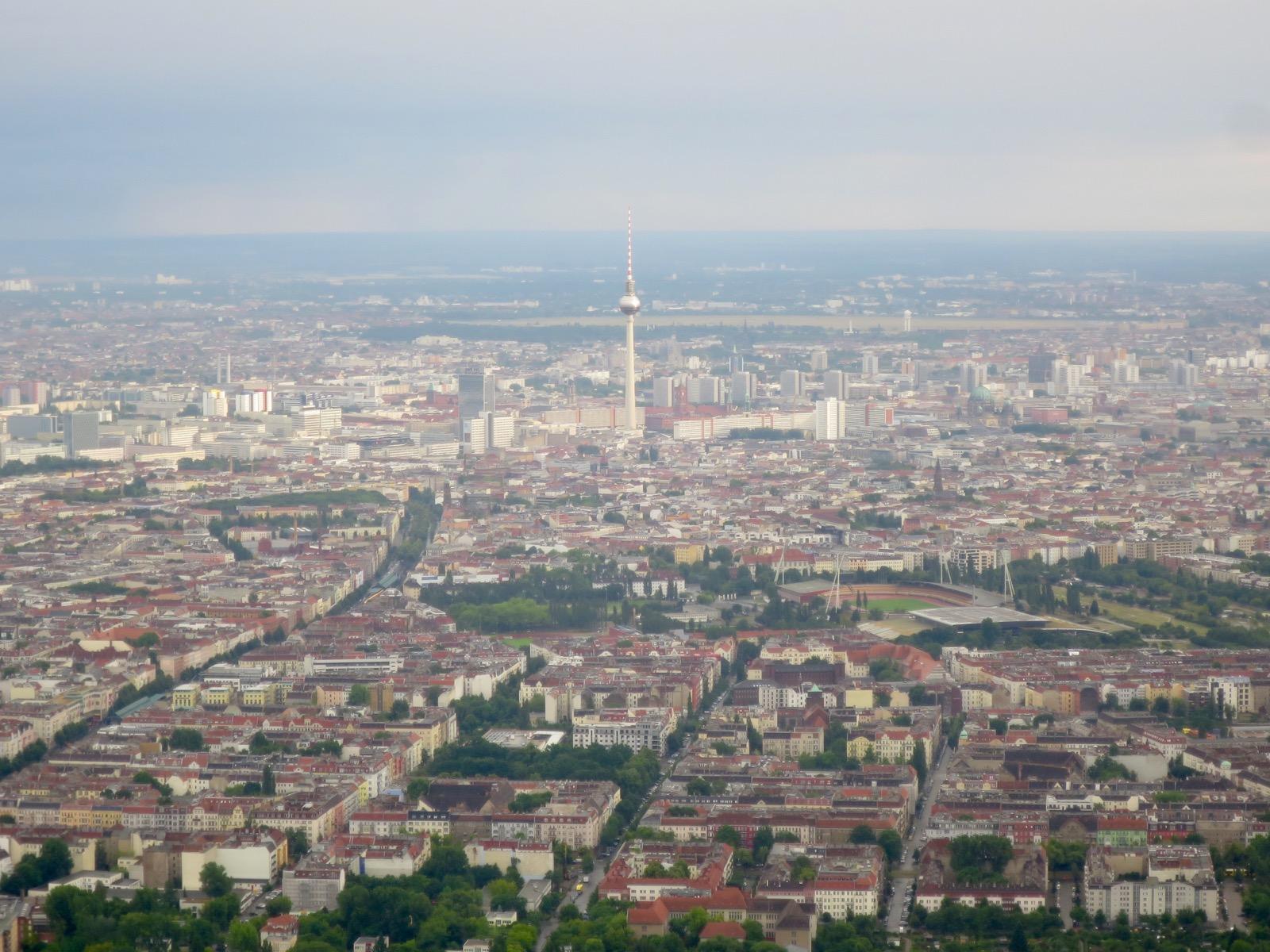 Tv-torni tervehtii Berliiniin saapuvaa, jos muistaa varata paikan vasemmalta puolelta konetta. Edestä parhaat näkymät!