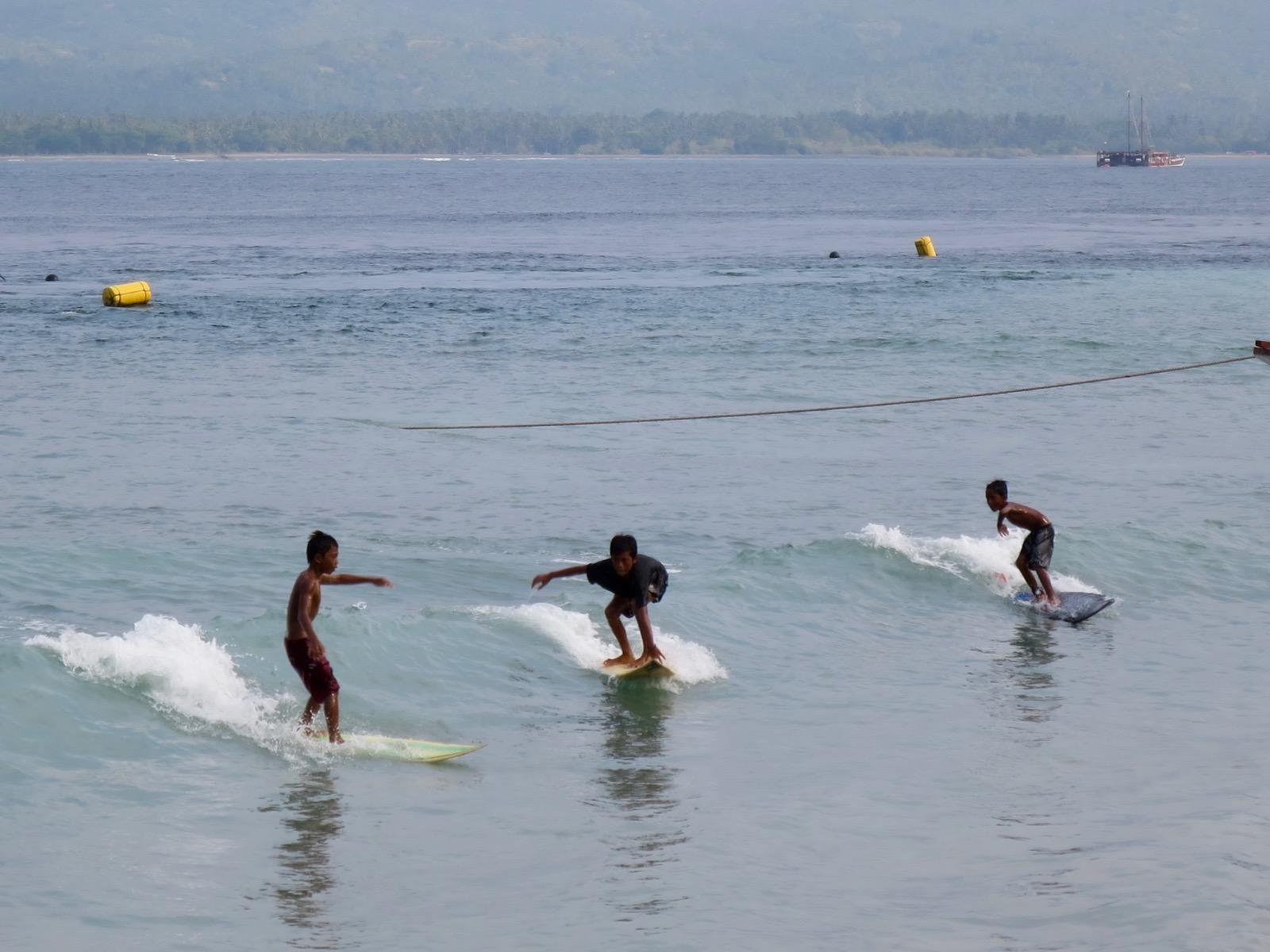 Paikalliset pojat surffaa Gili Airilla