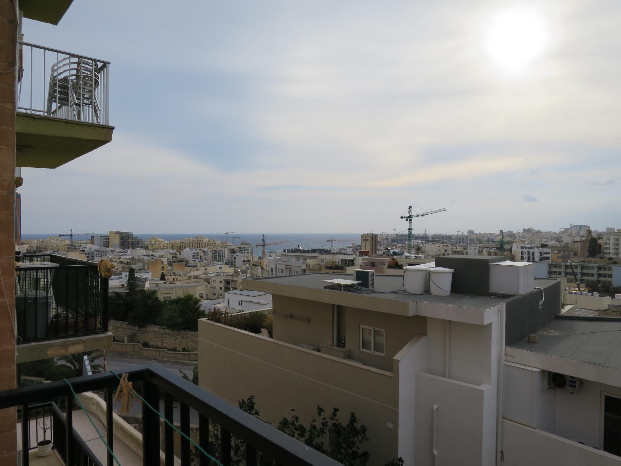 Hyvää huomenta, Malta! Näkymät parvekkeelta.