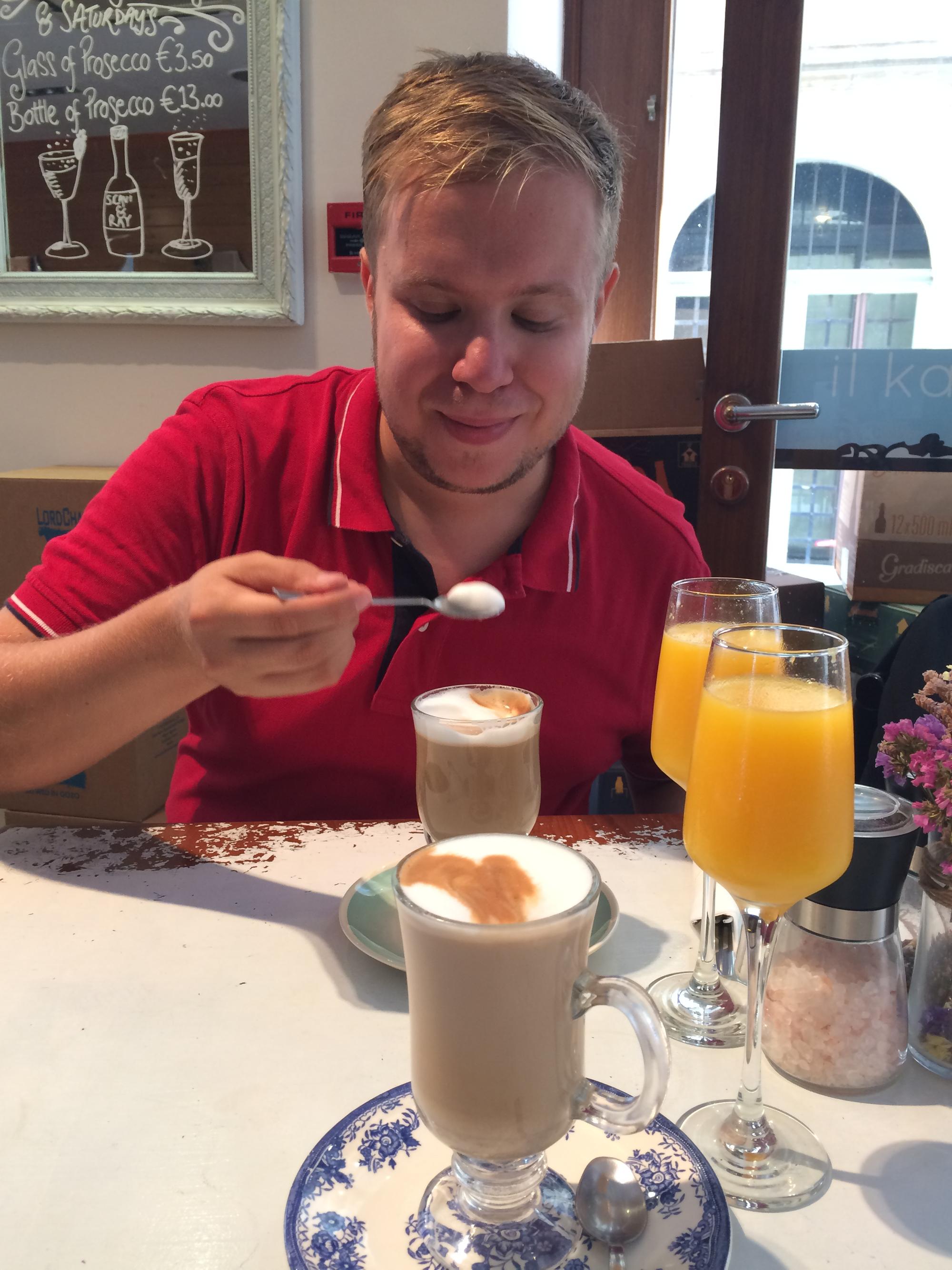 Aamiainen Vallettassa il-Kapitalissa. Ihana kahvila!